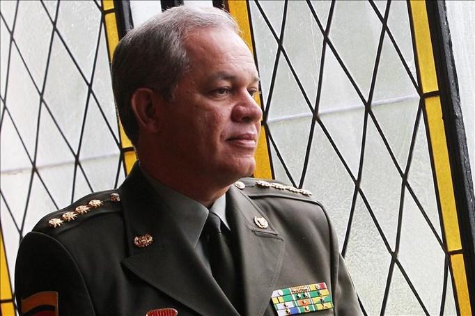 """Las autoridades ecuatorianas entregaron la condecoración """"Escudo de la Policía Nacional"""" al director general de la Policía de Colombia, José Roberto León Riaño (imagen). EFE/Archivo"""