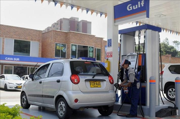 Una operaria atiende tras la inauguración de la primera estación de servicio en Latinoamérica de la compañía Gulf Oil International este 30 de abril, en Medellín (Colombia). EFE
