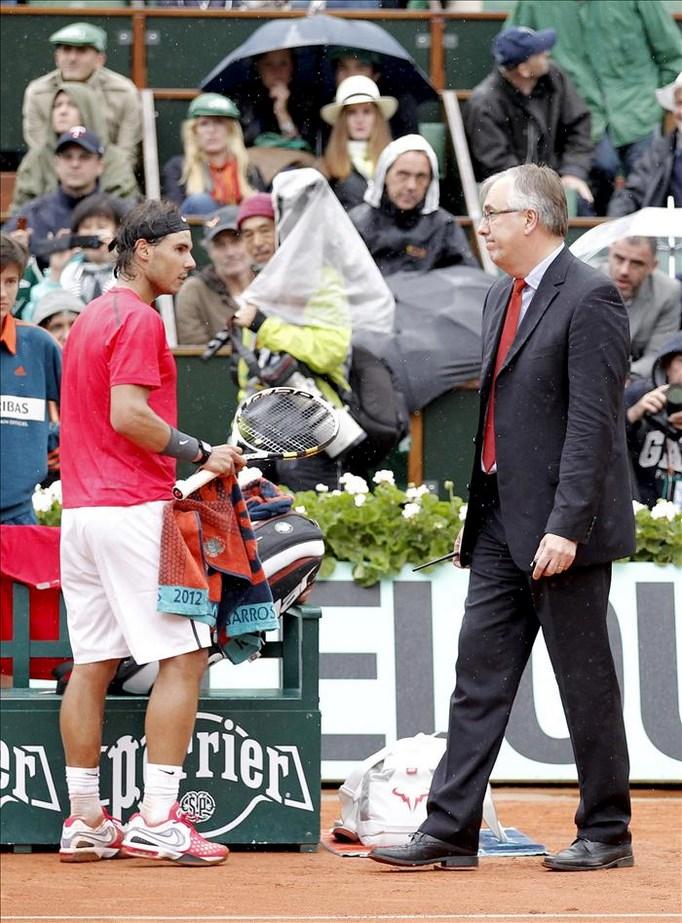 El director del torneo, Gilbert Ysern (d), camina junto al español Rafael Nadal (i), en la final de Roland Garros entre Nadal y el serbio Novak Djokovic en junio de 2012 en París (Francia). EFE/Archivo