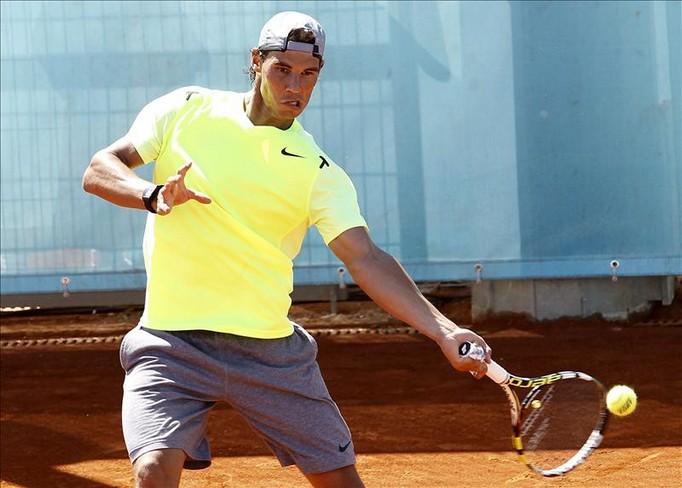 El español Rafael Nadal, que participa en el Abierto de Madrid de tenis, entrenó hoy sobre la tierra de las nuevas pistas de la Caja Mágica, donde se disputa el torneo. EFE