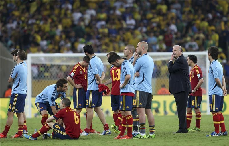 Los jugadores de la selección española, al término de la final de la Copa Confederaciones 2013 ante Brasil disputada hoy en el estadio de Maracaná, en Río de Janeiro. EFE/