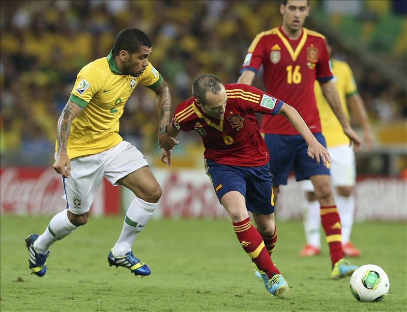 El defensa de la selección brasileña, Dani Alves (i) lucha por el balón con el centrocampista español Andrés Iniesta (d) durante la final de la Copa Confederaciones entre Brasil y España disputada en Maracaná, Río de Janeiro, Brasil hoy 30 de junio de 2013. EFE