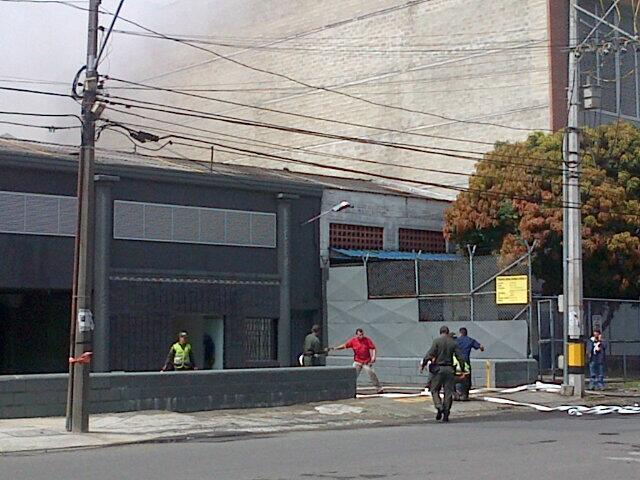 Entrada a las Bodegas, cuando era controlado el incendio. Imagen tomada de twitter @ periodistamora Oscar Morales
