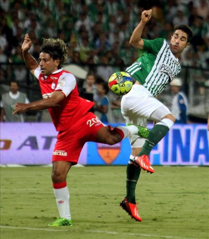 El jugador Juan Pablo Angel (d) del Atlético Nacional disputa un balón con Gerardo Bedoya (i) de Independiente Santa Fe, durante el partido de ida de la final de la liga del fútbol colombiano disputada en el estadio Atanasio Girardot de Medellín (Colombia). EFE