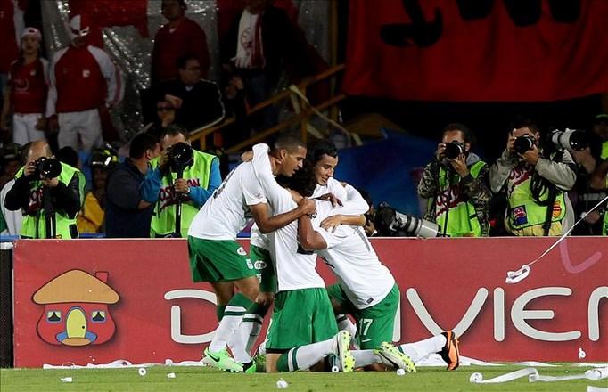 Los jugadores de Atlético Nacional celebran el gol de su compañero Jefferson Duque ante Santa Fe, en el estadio El Campín en Bogotá (Colombia), en el partido de vuelta de la final de la Liga Colombiana de Fútbol. EFE