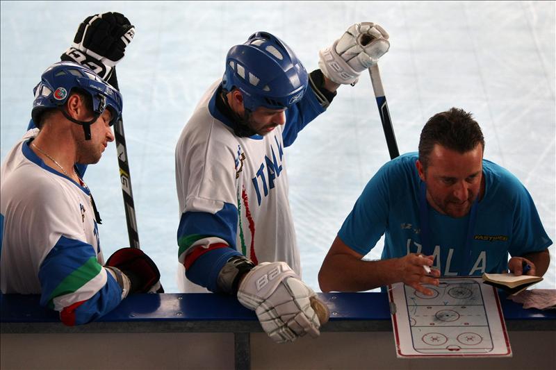 Jugadores italianos reciben indicaciones, durante el entretiempo del encuentro con Francia en la competencia de Hockey en línea durante la novena versión de los Juegos Mundiales en la ciudad de Cali (Colombia). EFE