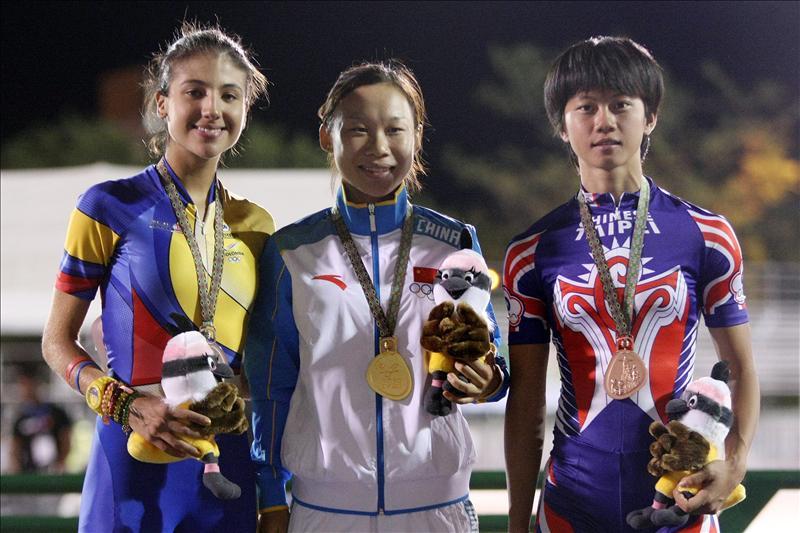 Italia, líder en medallero de los Juegos Mundiales de Cali De izquierda a derecha, Romy Muñoz de Colombia (plata), Guo Dan de China (oro), y Yang Ho-Shen de Taipei (bronce), posan en el podio el 1 de agosto de 2013. EFE