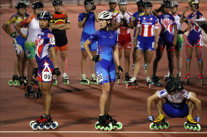 Las atletas se preparan en la línea de salida el 1 de agosto de 2013, en la competencia de patinaje de velocidad 10.000 metros durante la novena versión de los Juegos Mundiales en la ciudad de Cali (Colombia). EFE