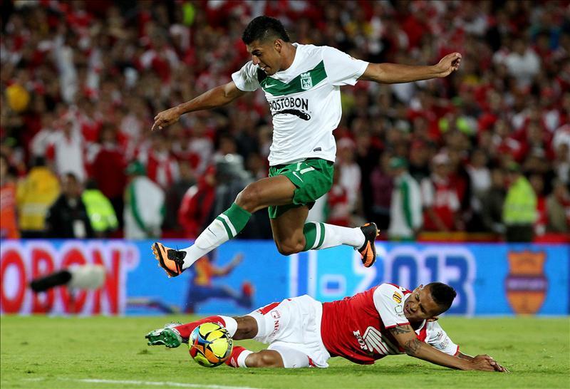 En la imagen, el jugador de Santa Fe Hugo Acosta (abajo) disputa un balón con Jefferson Duque (arriba) de Atlético Nacional durante la final del Torneo Apertura colombiano
