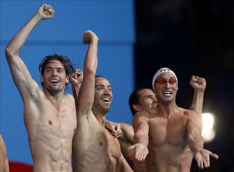 (Izq. a drch.) Los franceses Camille Lacourt, Jeremy Stravius, Fabien Gilot, Giacomo Perez-Dortoña celebran su victoria en la final de los 4x100m estilos masculinos de los Campeonatos del Mundo de Natación, hoy en la piscina del Palau Sant Jordi de Barcelona. EFE