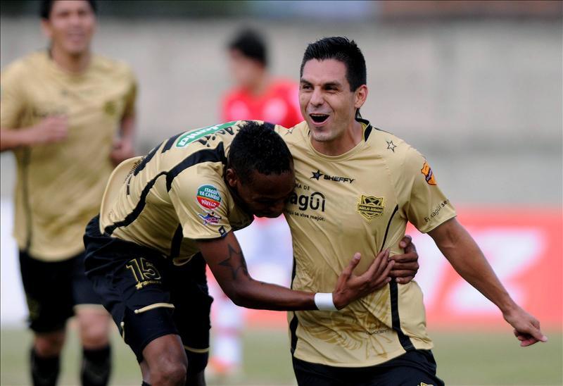 El jugador de Itagüí, Jorge Aguirre (d) celebra con Luis Quiñonez su gol contra el Juan Aurich de Perú el 30 de julio de 2013, durante su partido de la primera fase de la Copa Sudamericana de fútbol realizado en Itagüi (Colombia). EFE/Archivo