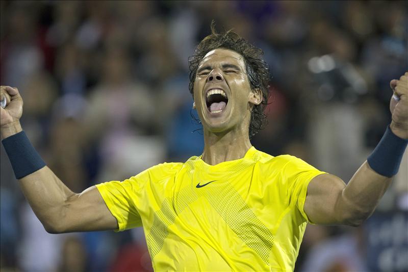 El español Rafael Nadal celebra tras vencer en tres sets al serbio Novak Djokovic, durante la semifinal del torneo de tenis de Montreal, Canadá. EFE