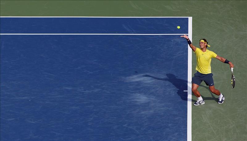 El tenista español Rafael Nadal, fue registrado este sábado al ejecutar un saque ante el checo Tomas Berdych, durante una de las semifinales del Masters 1000 de Cincinatti, en Mason (Ohio, EE.UU.). Nadal se impuso con parciales de 7-5 y 7-6 (4) y se enfrentará al local Jonh Isner en la final del torneo. EFE