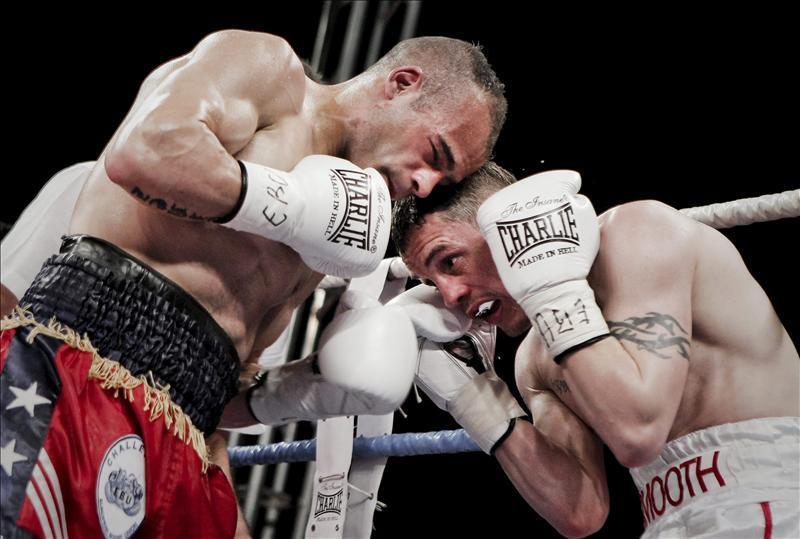 Imagen de archivo del español Kiko Martínez (i) durante la pelea con el inglés Jason Booth por el Campeonato de Europa Supergallo. EFE/Archivo