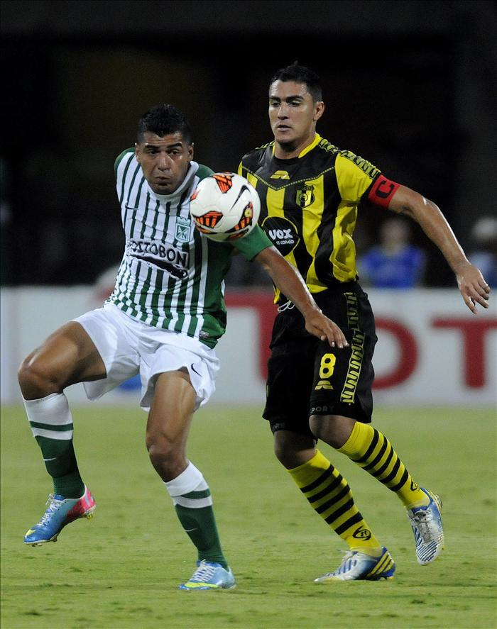 El jugador de Atlético Nacional Jeferson Duque (i) disputa el balón con Miguel Paniagua (d) de Guaraní de Paraguay, durante el partido de la Copa Sudamericana disputado en Medellín (Colombia). EFE