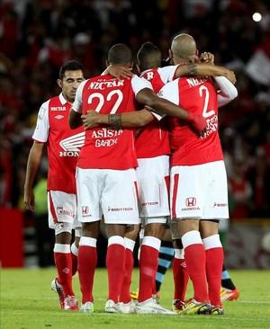 Santa Fe, dirigido por el técnico Wilson Gutiérrez llega a 14 puntos, uno más que el Atlético Junior que se mostró fuerte en el ataque, pero incapaz de concretar las acciones creadas. EFE/Archivo