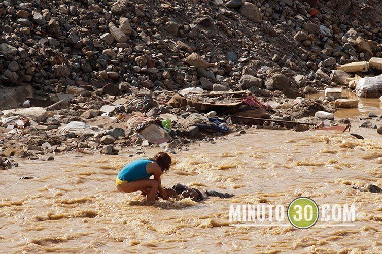 El extraño baile de una mujer frente al cuerpo sin vida de un hombre que flotaba dentro de la quebrada la García. Foto: Minuto30.com