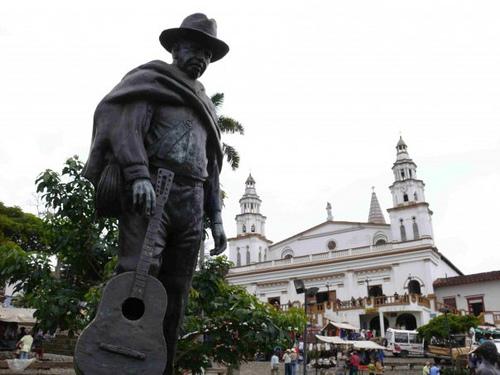 monumento a Salvo Ruiz creador de la trova paisa concordia