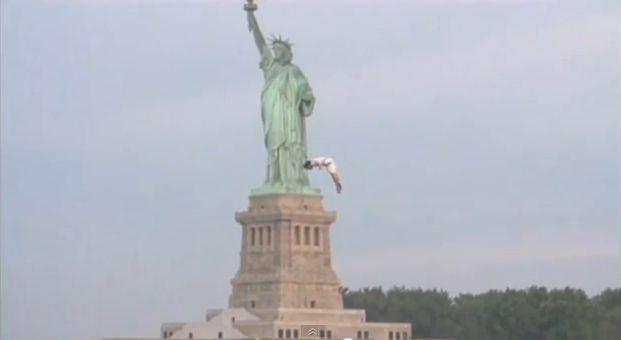 Orlando Duque salta desde un helicóptero a 23 mts de alto, frente a la Estatua de la Libertad