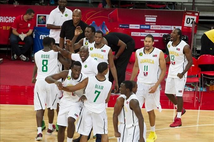 81-75.Jamaica da un zarpazo de muerte a Argentina y sorprende en Premundial Los jugadores de Jamaica celebran la victoria ante Argentina durante un partido por el Premundial americano de baloncesto en Caracas (Venezuela). EFE