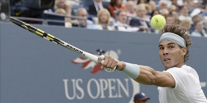 El tenista mallorquín Rafael Nadal devuelve una bola en el partido disputado ante el francés Richard Gasquet, a quien venció en tres sets en el Abierto de Estados Unidos, disputado en Flushing Meadows, Nueva York. EFE