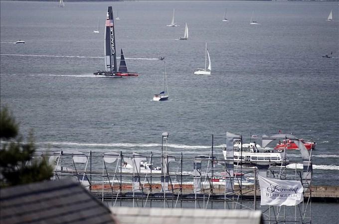 El fuerte viento sobre la bahía obliga a la suspensión de la 7a jornada. EFE.