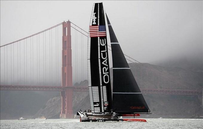 El equipo estadounidense Oracle navega cerca al puente Golden Gate bridge mientras espera el inivio de la competición por la final de la Copa América de Vela este 21 de septiembre de 2013. EFE