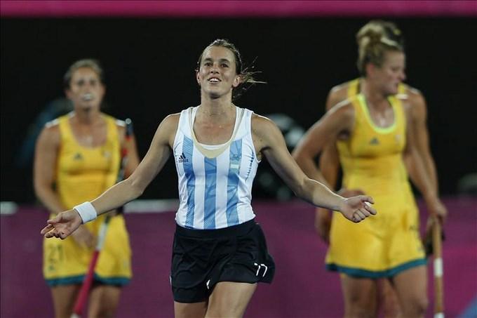 En la imagen, la jugadora de hockey argentina Carla Rebecchi (c). EFE/Archivo