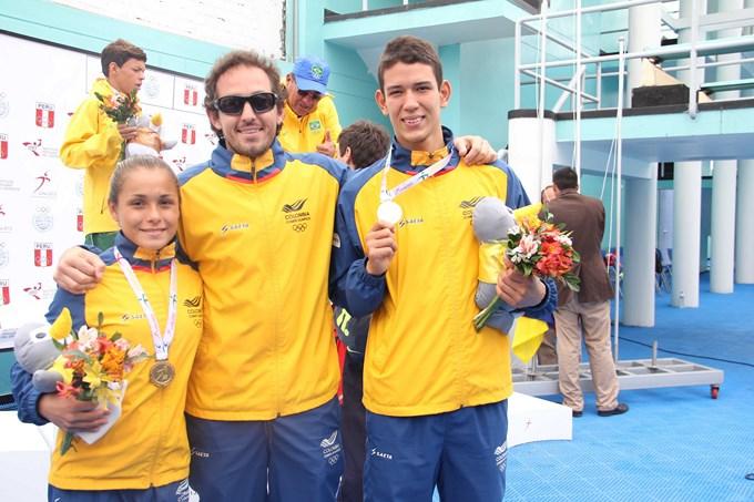 Equipo Colombia de clavados y su entrenador Copiar