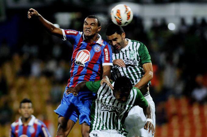 Francisco Nájera (d) disputa el balón con Diones (i) de Bahía. EFE