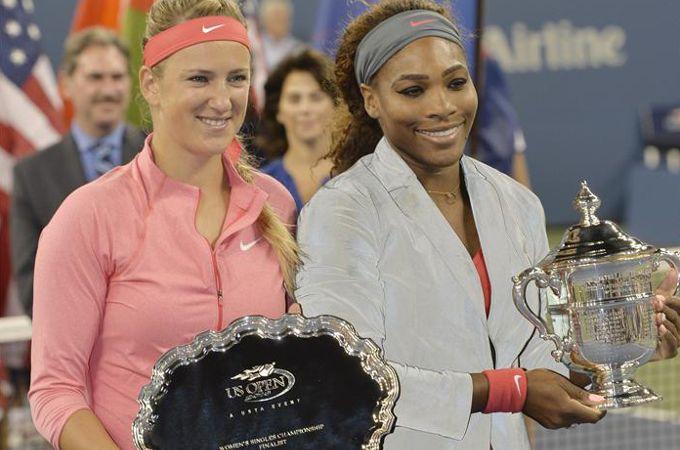 Serena Williams (d) y Victoria Azarenka (i) posan con sus trofeos, tras la final femenina del Abierto de EE.UU. EFE