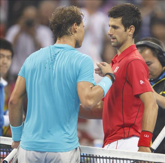 Djokovic (d) saluda al español Rafael Nadal, tras vencer en el torneo de China. EFE