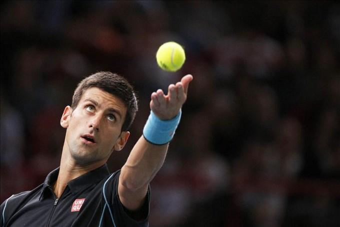 Djokovic, primer finalista en Bercy tras vencer a Federer. EFE.