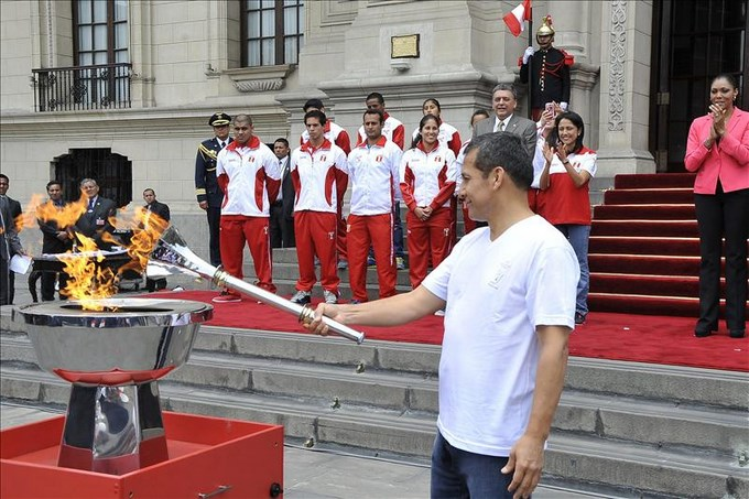 Las autoridades peruanas recibieron la antorcha bolivariana que inaugurará los juegos. EFE.