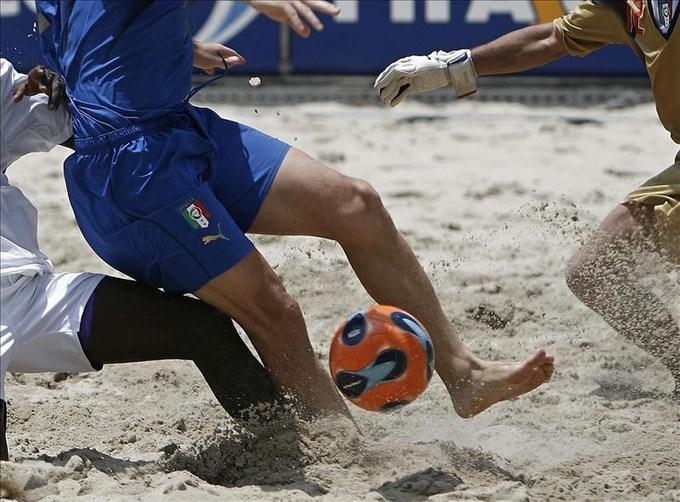 Brasileños avanzan a las semifinales y el Barcelona es eliminado en el Mundialito. EFE.