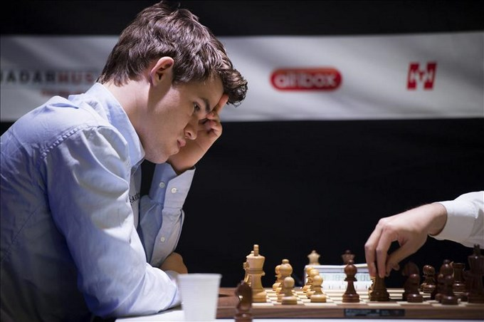 Carlsen más cerca del título tras las tablas en la séptima. EFE.