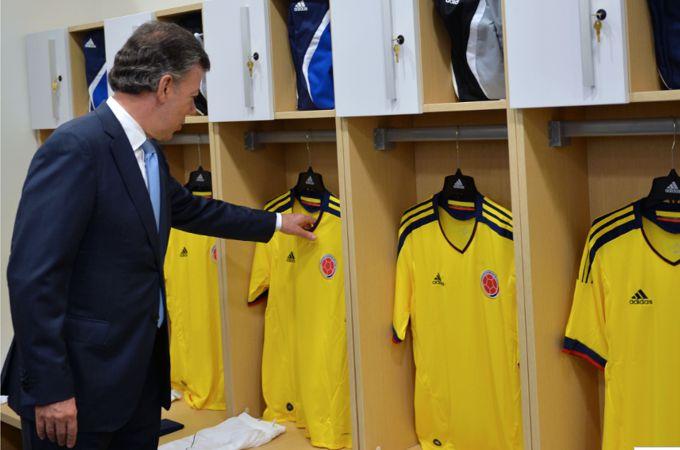 El Presidente Juan Manuel Santos en los camerinos de la Casa de la Selección Colombia, este miércoles en Bogotá.SIG