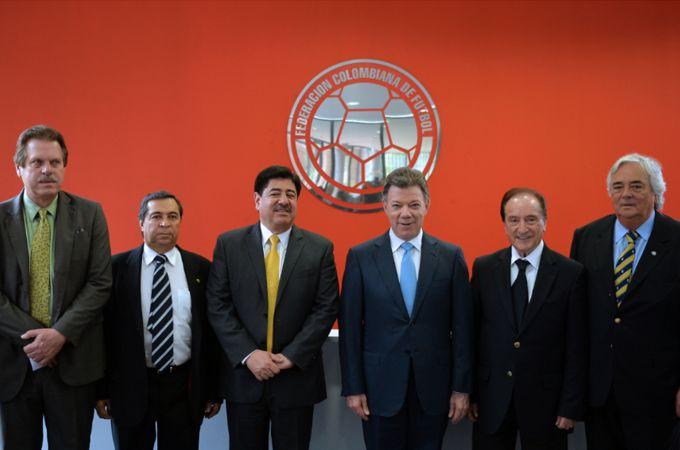 El Presidente Juan Manuel Santos y directivos del fútbol colombiano e internacional, durante la inauguración este miércoles de la Casa de la Selección Colombia en Bogotá. SIG