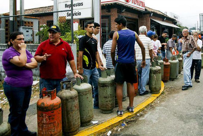 Un grupo de personas espera para poder comprar gas, en San Cristóbal (Venezuela). EFE