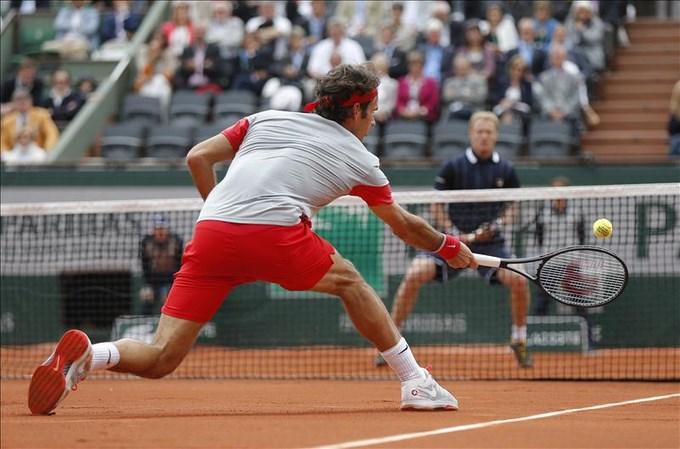 El tenista suizo Roger Federer devuelve la bola al ruso Dmitry Tursunov. EFE