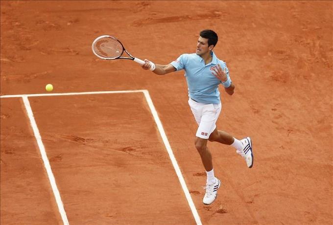 Novak Djokovic devuelve la bola al croata Marin Cilic