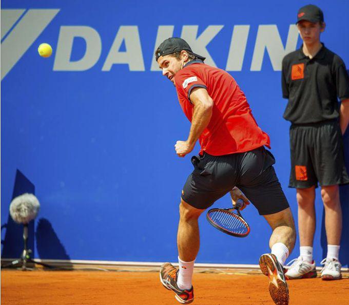 El tenista alemán Tommy Haas devuelve la bola durante el partido de octavos de final del torneo de Múnich. EFE