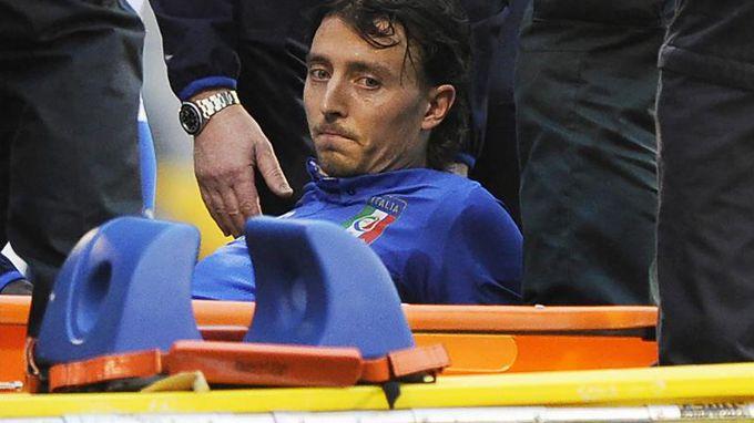 Montolivo salió del campo con una grave lesión que lo pone en duda para el Mundial. EFE