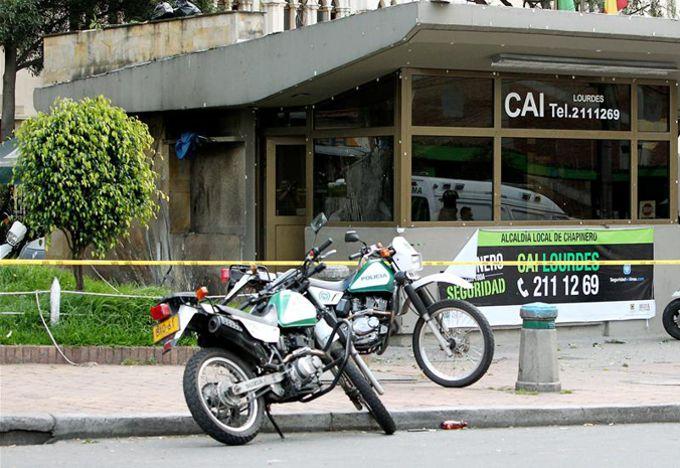 En el CAI de Lourdes, oriente de Bogotá, fue puesta una carga eplosiva que dejó como saldo tres personas heridas. EFE