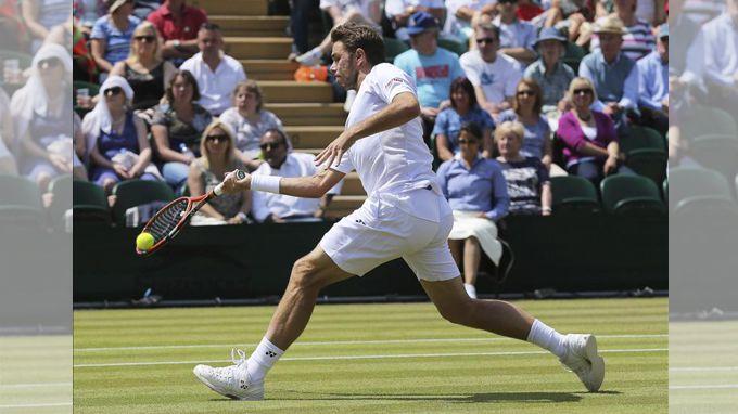 Wawrinka devuelve una bola al español Feliciano López durante el partido que enfrentó a ambos en la cuarta ronda del torneo de Wimbledon. EFE