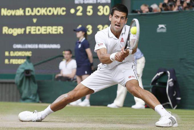Novak Djokovic disputa un punto ante el suizo Roger Federer en la final de Wimbledon, en el All England Tennis Club, en Londres, Reino Unido. EFE