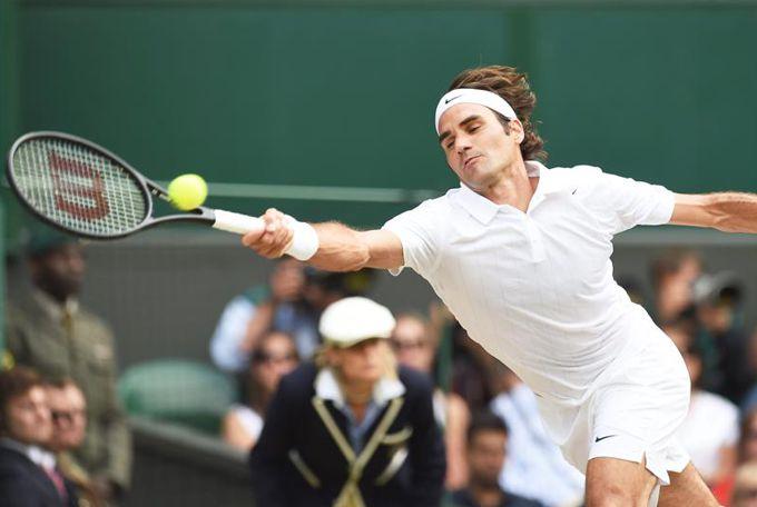 El tenista suizo Roger Federer devuelve una bola al serbio Novak Djokovic enla final de Wimbledon. EFE