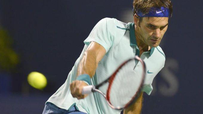 Federer devuelve una bola al español David Ferrer en cuartos de final del torneo de Toronto (Canadá), el pasado 8 de agosto. EFE