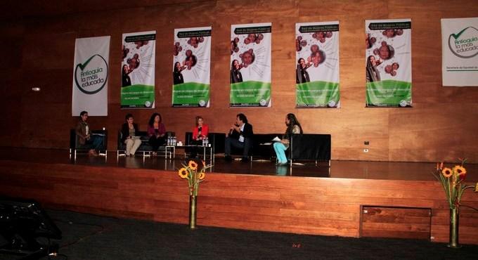 Sergio Fajardo en el Encuentro Departamental Red de Mujeres P%C3%BAblicas 2 Copiar1