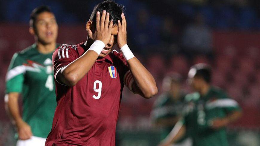 Andrés Ponce de Venezuela reacciona tras fallar un tiro a gol ante México hoy, viernes 28 de noviembre de 2014. EFE